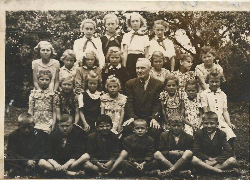 Az 1953-54-es iskolai év tanulói (Fotó: az iskola krónikájából)