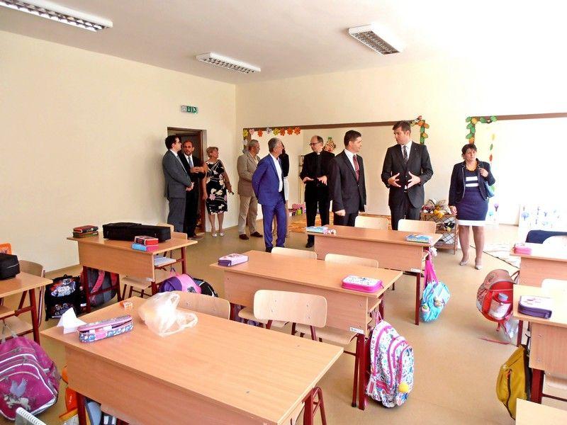 A díszvendégek körülnéztek az osztályokban. (Fotó: Bárány János/Felvidék.ma)