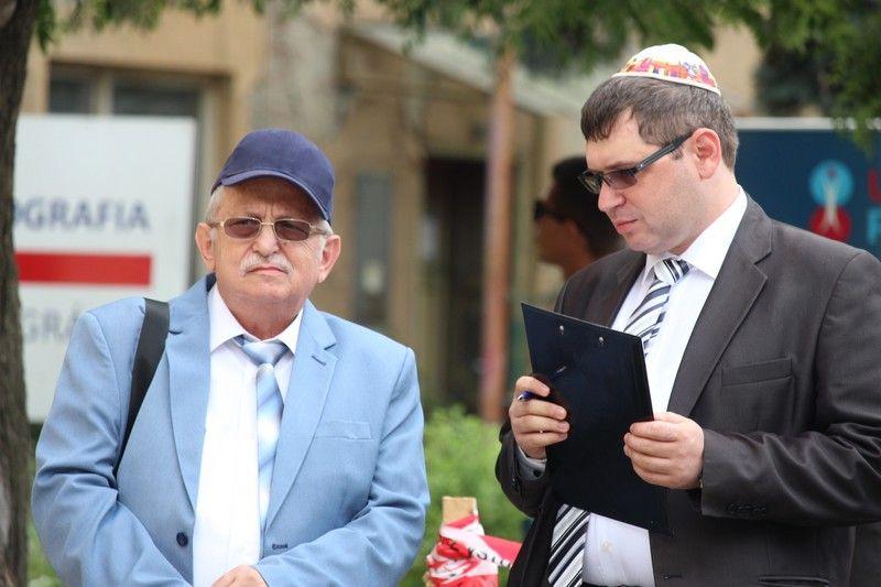 A Komáromi Zsidó Hitközség elnöke, Paszternák Antal és fia, Paszternák Tamás kezdeményezői voltak az emléktábla avatásnak (Fotó: Szalai Erika/Felvidek.ma)