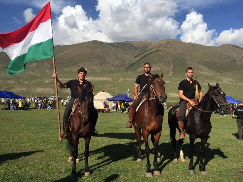 A magyar lobogóval Kirgizisztánban (Fotó: Vermes István archívuma)
