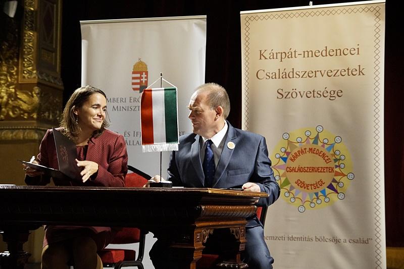 Novák Katalin és Pataki János a megállapodás aláírásakor. (Fotó: Hideghéthy Andrea/Felvidék.ma)