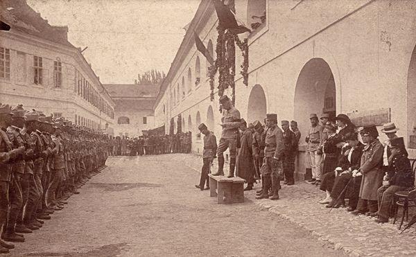 A cs. és kir. 12. gyalogezred felsorakozva a komáromi vár udvarán