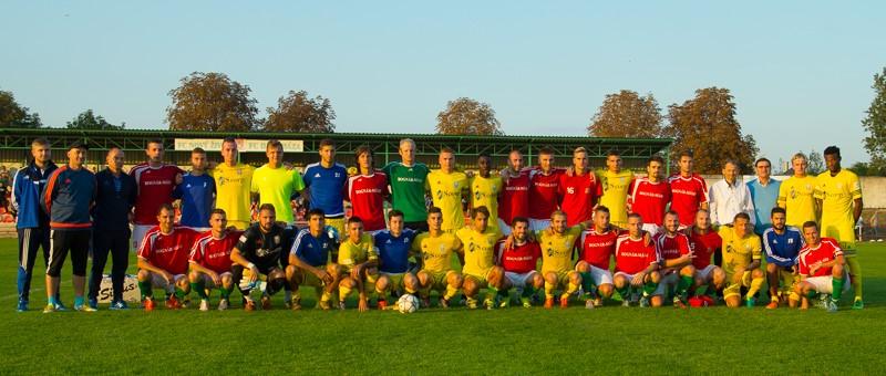 A két csapat a meccs után (Fotó: Hideghéthy/Felvidék.ma)