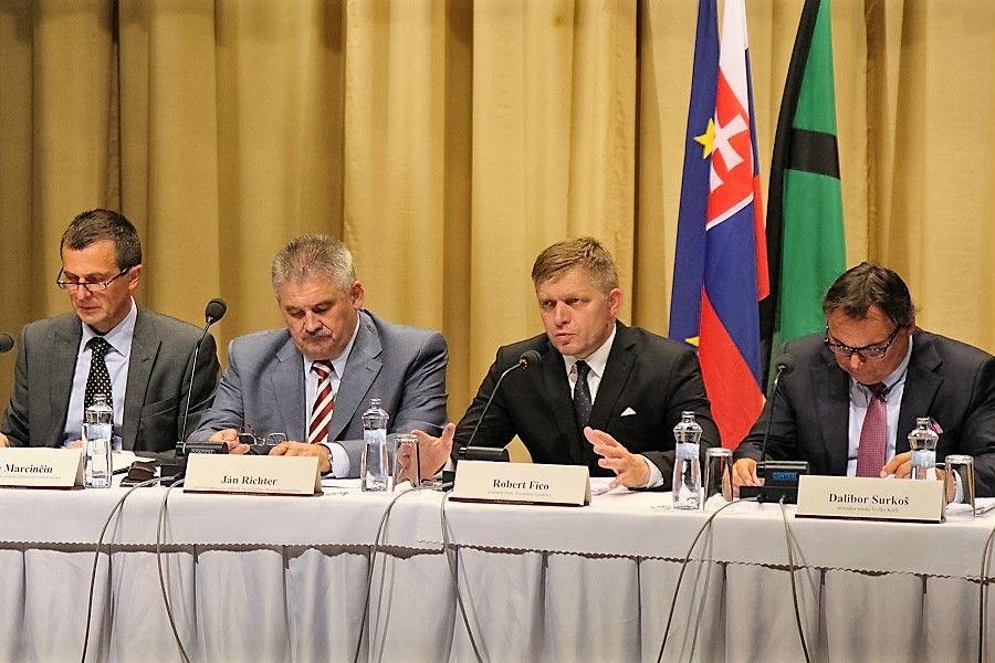 Az ülésen részt vett A. Marcinčin térségi kormánymegbízott (b) és Dalibor Surkoš, Nagykürtös polgármestere is (j). (Fotó: Pásztor Péter/Felvidék.ma)