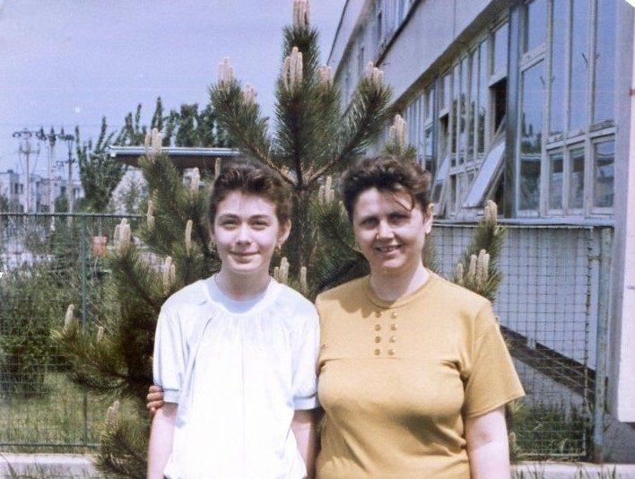 A tanító néni kedvenc diákjával az iskola előtt (Fotó: CSK archívuma)