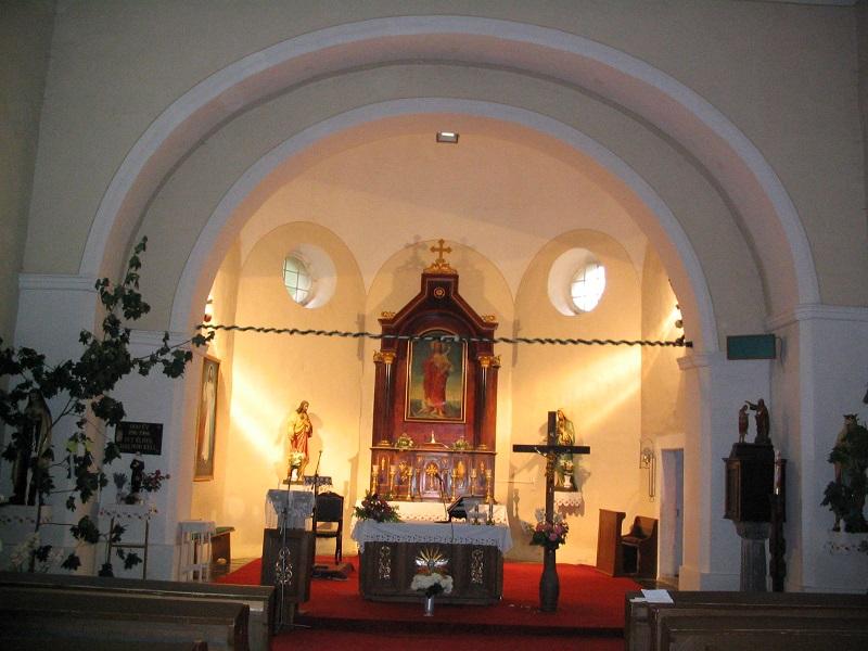 A templom szentélye az oltárképpel 2007-ben (Fotó: Csáky Károly)
