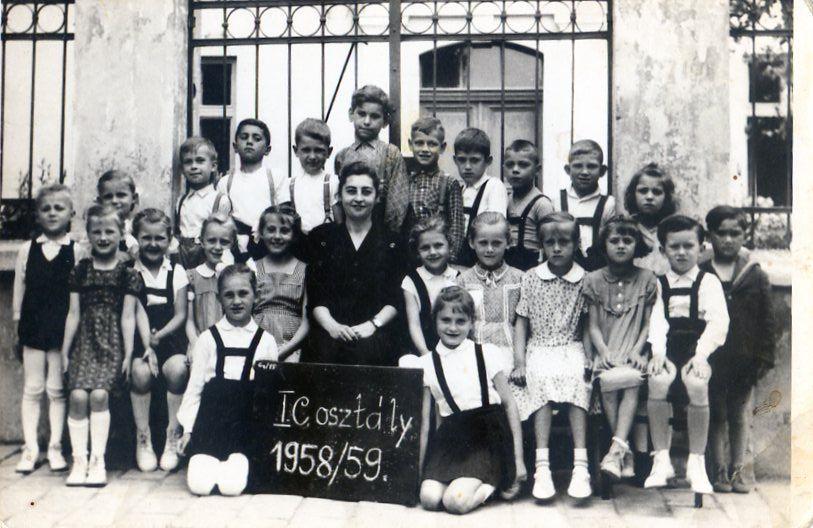 Az iksola I.C osztályosai közt a tanító néni mint diák 1959-ben (Fotó: CSK archívuma)