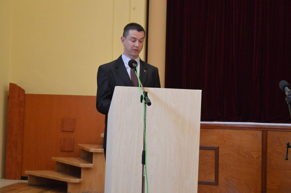 Bolya Szabolcs járási elnök az MKP elnökének köszöntő levelét olvassa fel. (Fotó: Dunajszky Éva/Felvidék.ma)