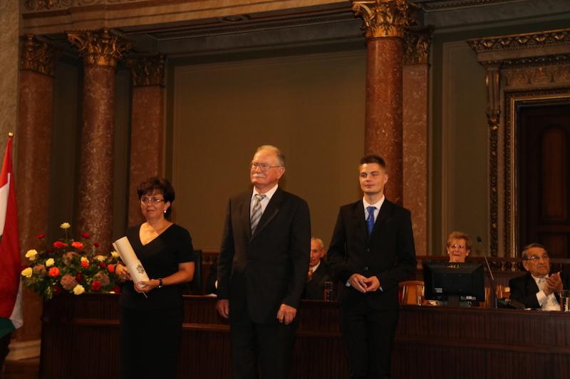 Az Ipari képviselete a díj átvételekor (Fotó: SzJ)