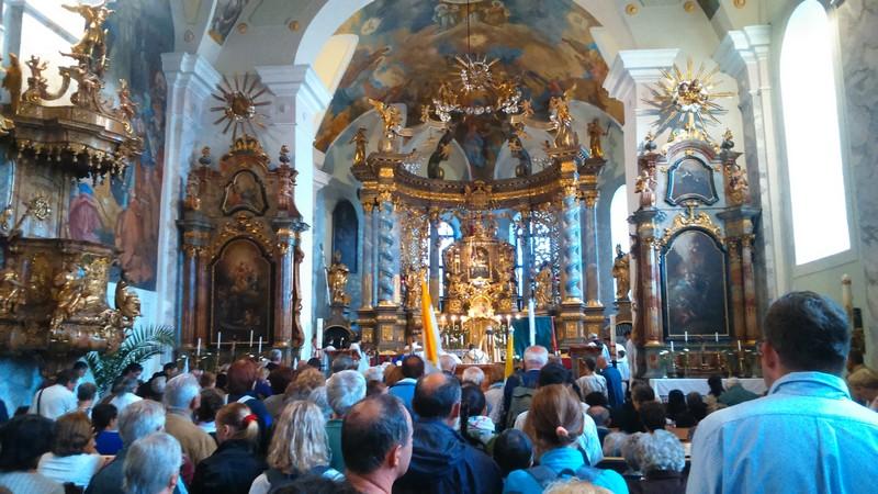 Szentségi áldás a körmenet után a Sarlós Boldogasszony kegytemplomban (Fotó: Zilizi Kristóf)