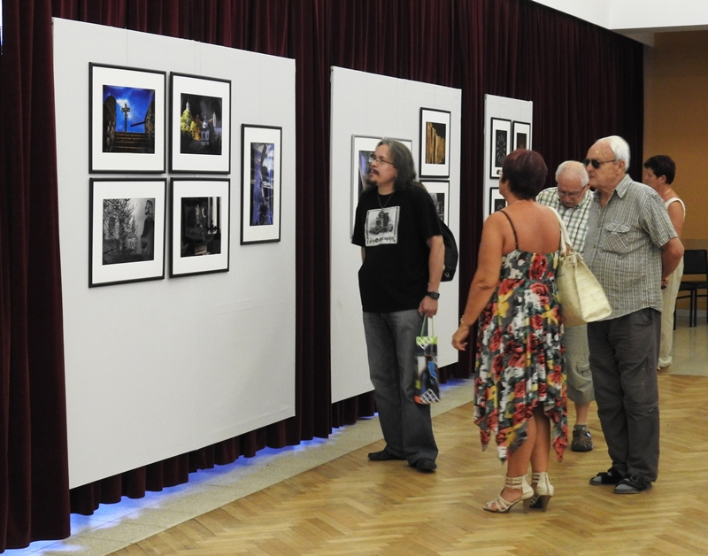 A jubileumi fotótárlat első látogatói (Fotó: Németh István/Felvidék.ma)