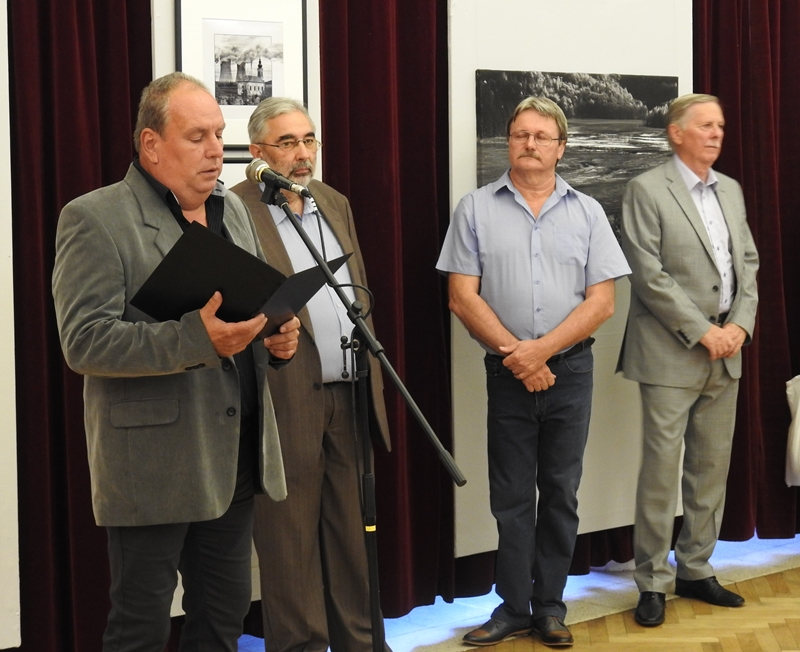 Nagy Tivadar mérnök, a komáromi Helios Fotóklub elnöke (balra) a tárlat megnyitása közben (Fotó: Németh István/Felvidék.ma)