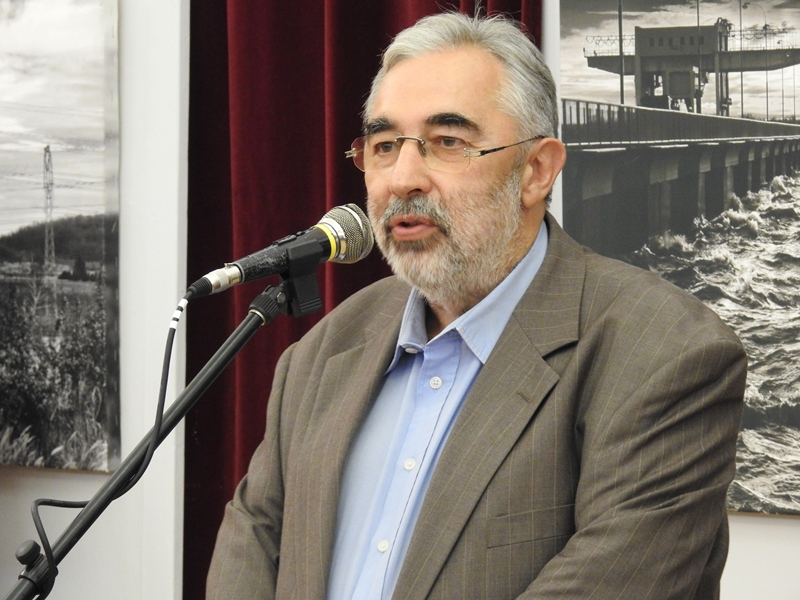 Dr. Patrus Sándor, a Magyar Fotóművészek Világszövetségének elnöke köszönti a jubiláló fotóművészt