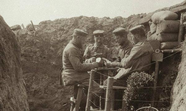 A front mindkét oldalán kártyajátékkal múlatták idejüket a katonák