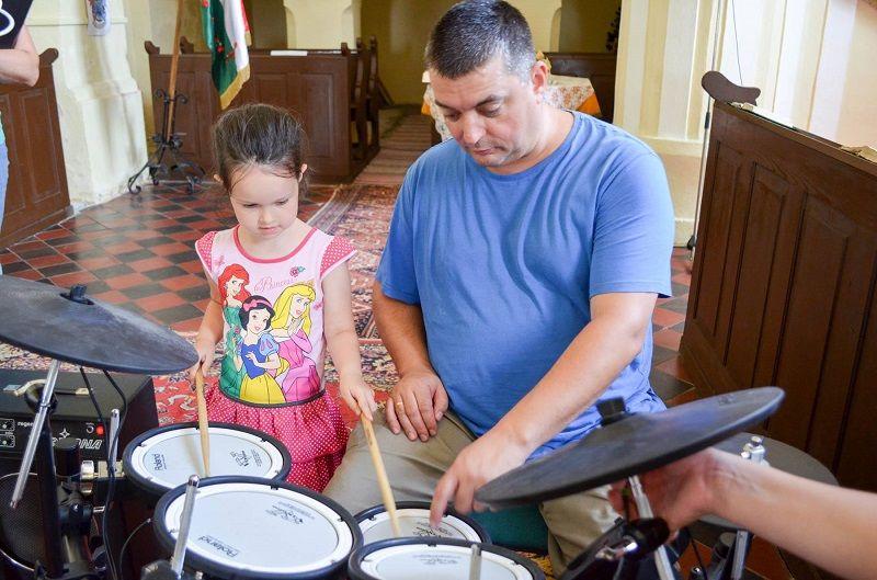 Nt. Nagy Ákos Róbert esperes Rimaszécsen közösen zenélt a gyerekekkel (Fotó: Abaházi Fejes Ágnes)