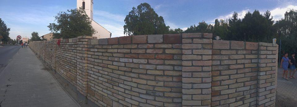 Régi téglákból épül az új kerítés (Fotó: a református gyülekezet Facebook-oldala)