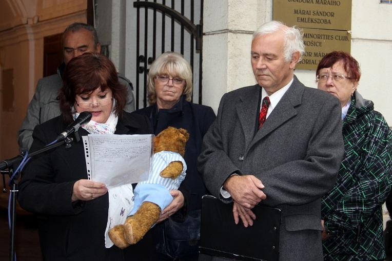 Jáky Judit emlékezett Géza bácsira, kezében azzal a macival, amelyet ő küldött neki ismerősök által gyermekkorában. (Fotó: Ossza István)