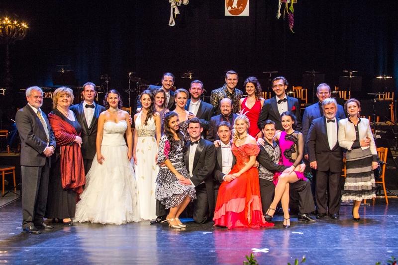 A döntő résztvevői a zsűri tagjaival (Fotó: Kádek Péter)