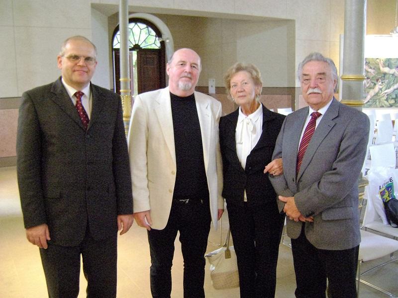 A szerző, földijeivel a találkozón: balról Müller Péter fizikus, helytörténész, jobbra Újváry László pedagógus és felesége