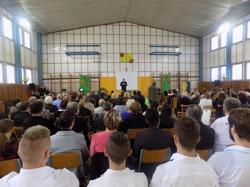Ünnepség az iskola tornatermében, Bugyi István iskolaigazgató beszédet mond (Fotó: Berényi Kornélia/Felvidék.ma)