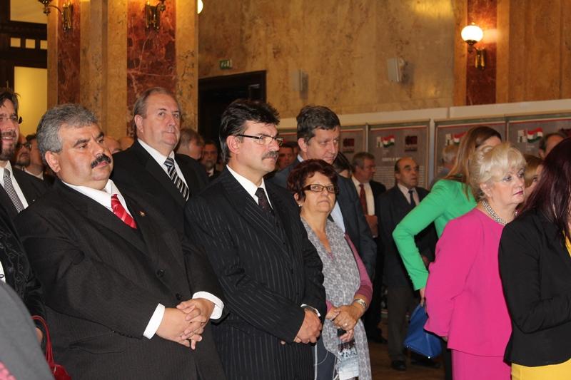 A kiállítás megnyitójának közönsége, középen Fazekas László püspök úr (Fotó: Neszméri Tünde)
