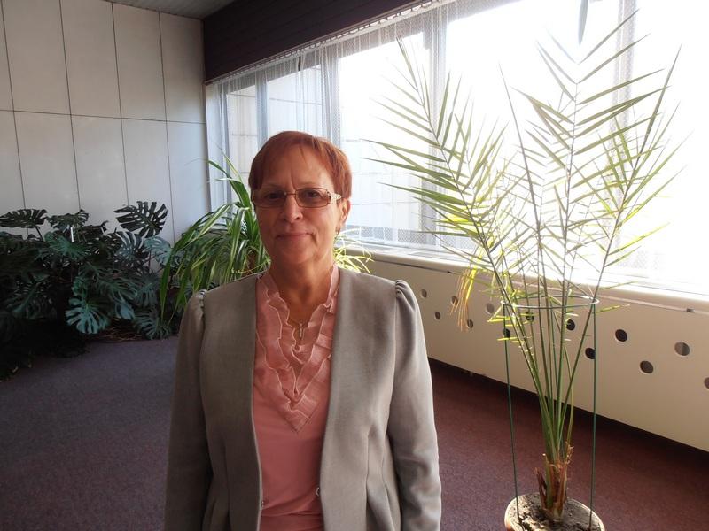 """Varga Anna igazgatónő, az énekverseny háziasszonya: """"Ezúton is köszönöm a komáromi vállalkozók támogatását!"""" (Fotó: Bárány János/Felvidék.ma)"""