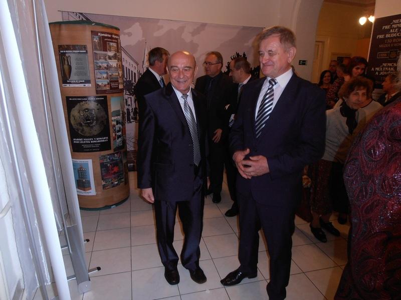 Milan Belica megyeelnök Csütörtöky József múzeumigazgató kíséretében tekintette meg a kiállítást (Fotó: a szerző)