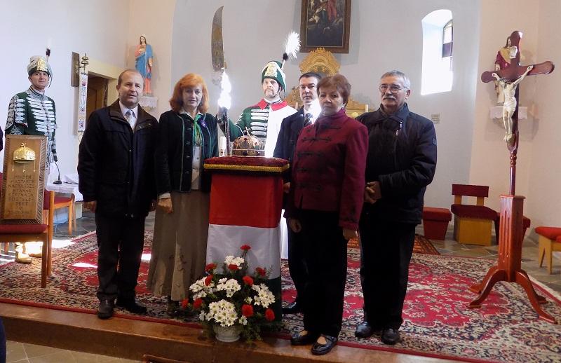 A keresztény - nemzeti gyökerek ápolása a polgármester-asszony (j2) szerint is az apró falvak megmaradásának záloga. (Fotó: Berényi Kornélia)