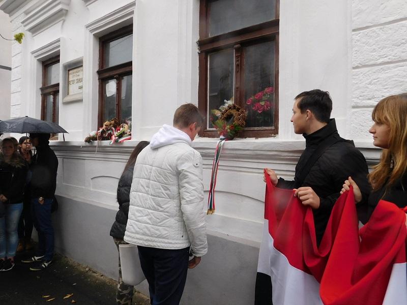 Koszorúzás a Petőfi-háznál (Fotó: Homoly Erzsó/Felvidék.ma)
