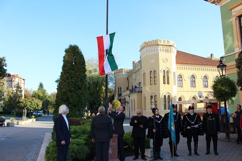 Az 56-os zászló felvonása Komáromban (Fotó: Szalai Erika/Felvidék.ma)