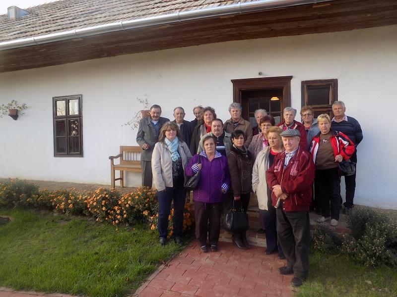 A szőgyéni tájház udvarán (Fotó: Berényi Kornélia/Felvidék.ma)