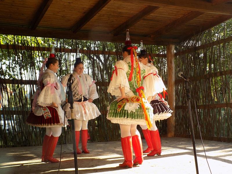 A messzeföldön híres kisgyarmati kurta szoknyás népviselet. (Fotó: Berényi Kornélia)