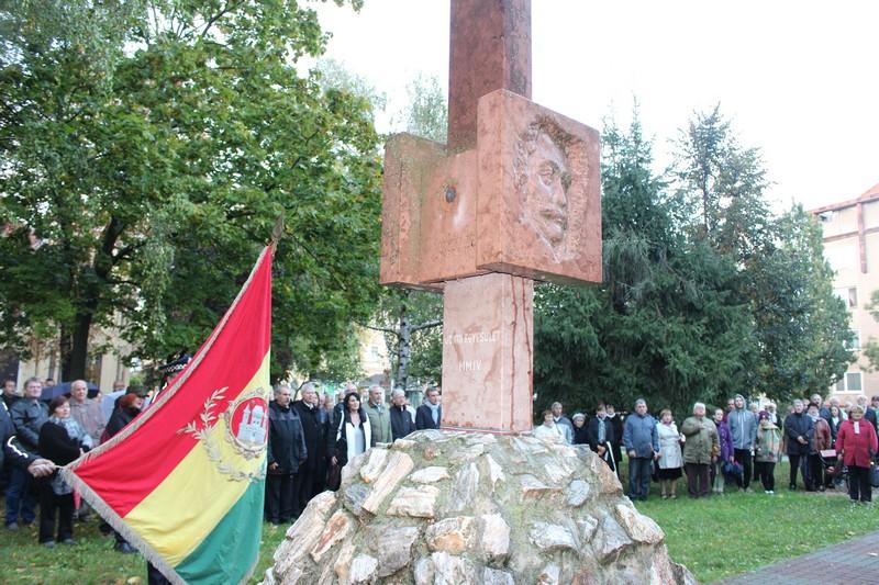 Az aradi vértanúk emlékoszlopánál (Fotó: Szalai Erika/Felvidék.ma)