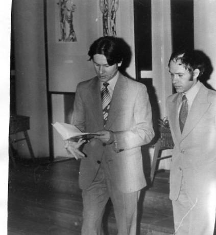 Varga Lajos grafikus tárlatnyitóján Vas Ottó szaval (Fotó: Csáky Károly archívumából)