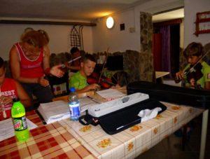 Gyakorlás a zenei táborban (Fotó: Sebő József archívuma)