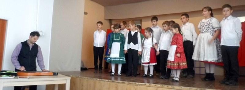 A búcsi gyerekek bemutatkozása Henzel György vezetésével (Fotó: Beke Beáta/Felvidék.ma)