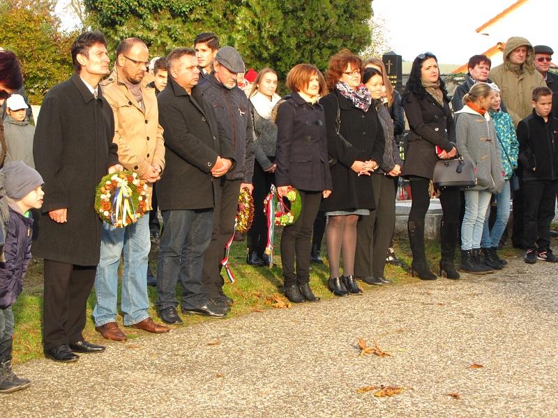 Az emlékezők az ipolysági köztemetőben (Fotó: Štrba Péter)
