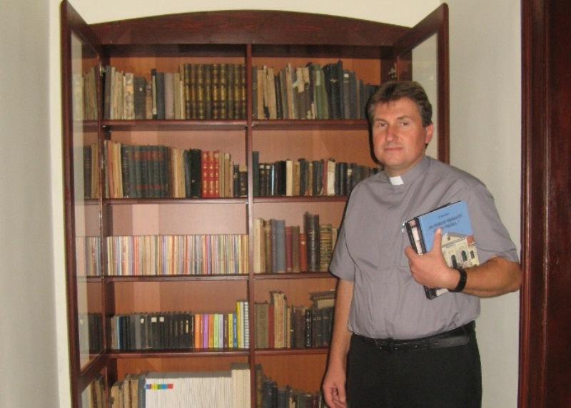 Böőr Roland atya a radi plébánián azt a helyet mutatja, ahol a képanyagot őrizték (Fotó: Tökölyi Angéla/Felvidék.ma)