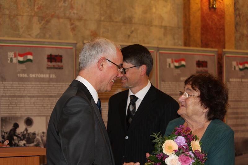 Balog Zoltán, az Emberi Erőforrások Minisztériumának minisztere átadja a díjat (Fotó: Neszméri Tünde/Felvidék.ma)