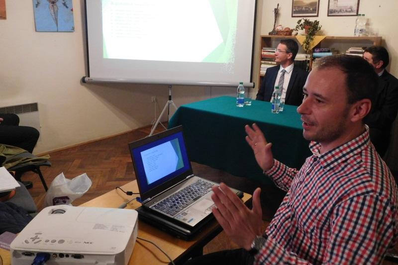Egri szakértők is érkeztek a civil információs napra. Dudás Tamás előadás közben (Fotó: Homoly Erzsó/Felvidék.ma)