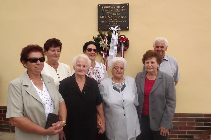 Esztergomi küldöttség az emléktábla előtt (Fotó: MF)