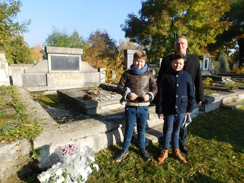Fábry Szabolcs, fiai Csanád és Lehel a rimaszombati temetőben az 56-os kő és a családi sírbolt mellett (Fotó: Homoly Erzsó/Felvidék.ma)