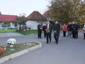 Gyepes Lajos, a Csemadok Új Hajtás ASz elnöke és Ladányi Lajos koszorúz (Fotó: Tóth Klára/Felvidék.ma)