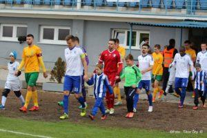 Horváth Csaba vezeti ki csapatát a zsolnai fakó elleni meccsre (Fotó: Őry Tibor)