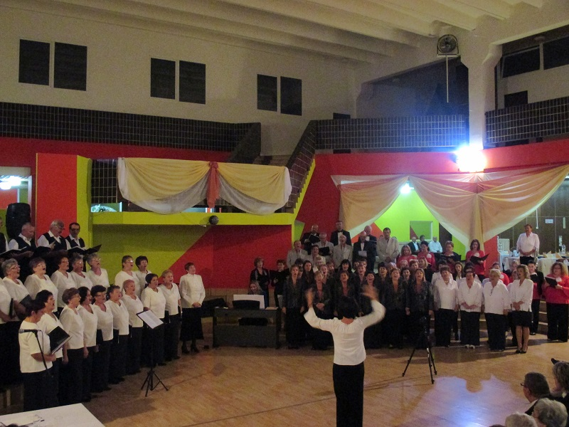 Közös éneklés a IV. Kárpát-medencei Kórustalálkozón (Fotó: LD)