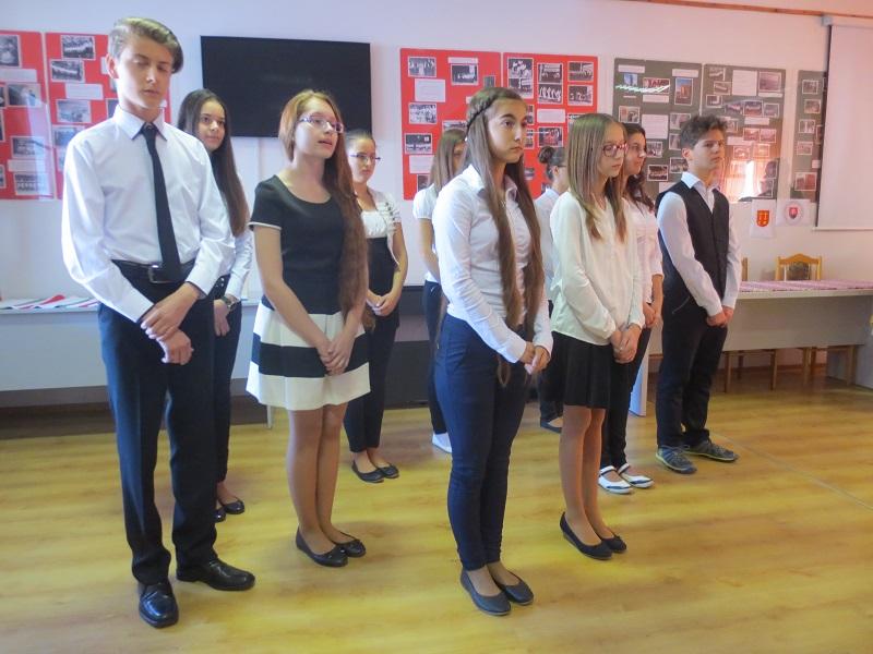 Az Erdélyi János nevét viselő nagykaposi iskola diákjai fellépés közben (Fotó: VT)