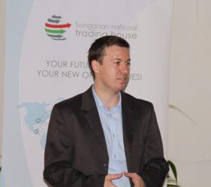 Mészáros Attila, a Magyar Nemzeti Kereskedőház ipolysági irodájának vezetője köszöntötte a hallgatóságot (Fotó: Pásztor Péter)