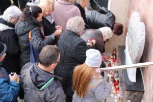 Többen gyertyát is gyújtottak a meg nem született gyermekek emlékművénél (Fotó: Pásztor Péter)
