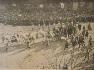 Jön a fejedelem. A II. Rákóczi Ferenc hamvait szállító hintó a Váci körúton (Károly körút) a bazilika felé halad (Fotó: Az Én Ujságom 1906. november 4. számából - Pósa Dénes gyűjteményel)