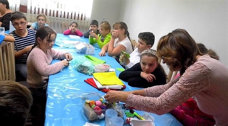 Kézműves foglalkozás a gyerekek számára, Fábián Erika vezetésével (Fotó: Beke Beáta/Felvidék.ma)